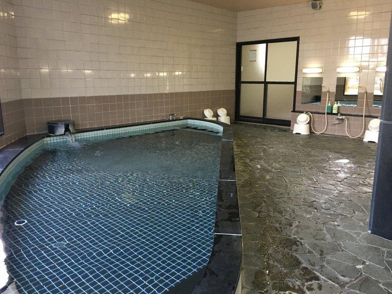 男性用の広い浴槽